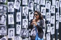 Fotos de personas desaparecidas colocadas a las afuera de las PGR como parte de las actividades del día internacional del Desaparecido