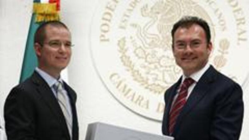 Luis Videgary entrega el paquete económico a Ricardo Anaya, presidente de la Cámara de Diputados (Foto: Reuters/Tomas Bravo)