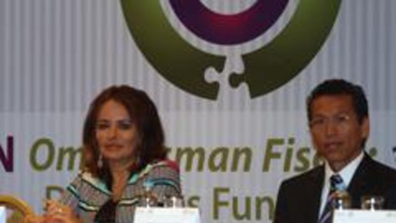 Diana Bernal, titular de la Prodecon y Aristóteles Núñez jefe del SAT (Foto: Notimex)