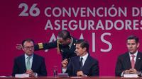 Luis Videgaray, secretario de Hacienda, el presidente Enrique Peña Nieto y Mario Vela Berrondo, presidente de la AMIS. (Foto: Cuartoscuro)