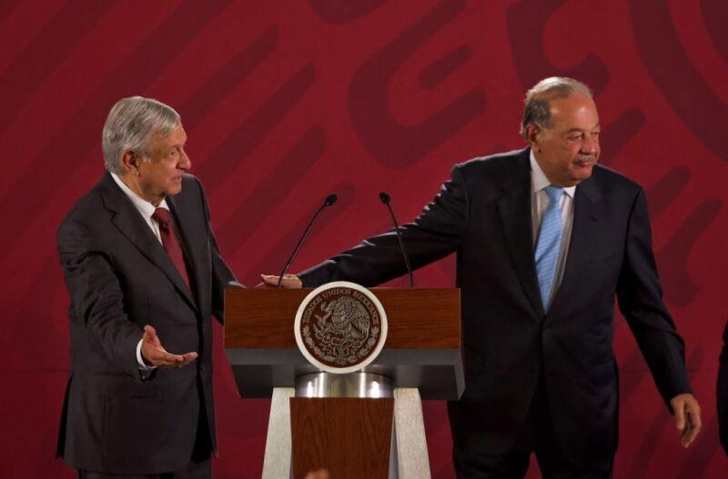 Andrés Manuel López Obrador, presidente de México acompañado de Carlos Salazar, presidente del Consejo, durante la conferencia de prensa matutina en el Palacio Nacional para dar detalles sobre el acuerdo entre CFE y empresarios
