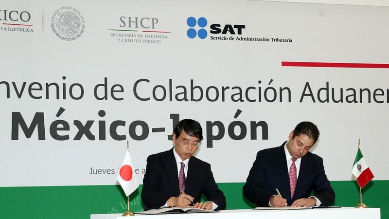 Por Japón el Embajador Extraordinario y Plenipotenciario ante los Estados Unidos Mexicanos, Akira Yamada, y representando a México, Ricardo Treviño Chapa, Administrador General de Aduanas del SAT