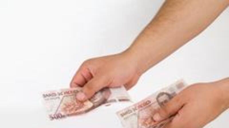 Este impuesto es indirecto y se paga por el adquirente de bienes o servicios