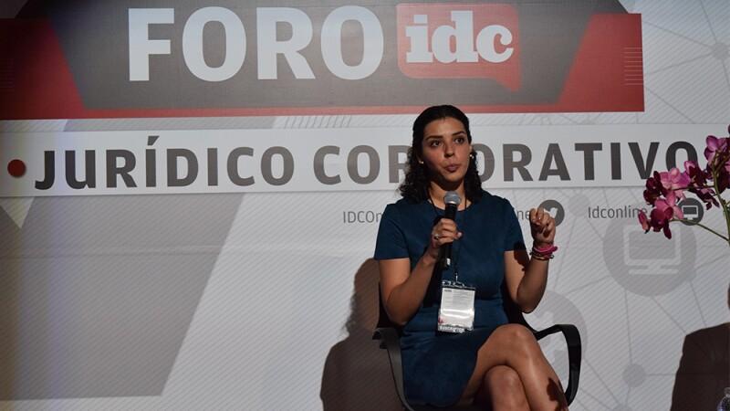 """La doctora Laura Coronado durante la presentación """"la soberanía y la nube""""."""