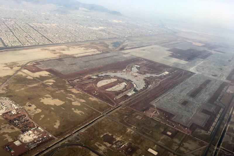 A través de una votación realizada por el nuevo gobierno se decidió cancelar la construcción del Aeropuerto en Texcoco y ahora se hará en Santa Lucía.
