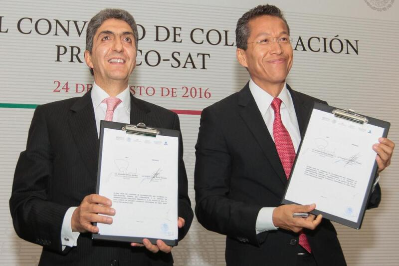 El jefe del SAT, Aristóteles Núñez y el titular de la Profeco Ernesto Nemer Álvarez (Foto: Notimex)