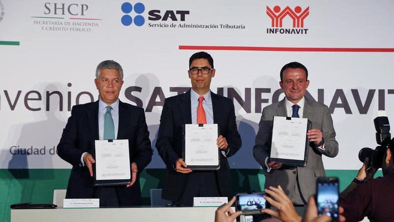 Firma de colaboración entre el SAT e Infonavit ((Foto: Comunicación social SAT)