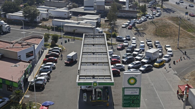 Largas filas en gasolineras para recargar combustible, ante el desabasto que existe en la ciudad.