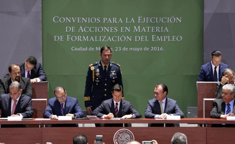 Firma de los Convenios para la formalización del empleo (Foto: Comunicación STPS)