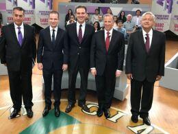 Los aspirantes presidenciales antes de dar inicio al segundo debate.