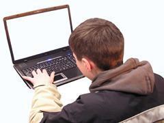 Padres tendrán que supervisar la información a la que acceden los menores a través de Internet