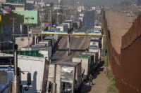 La oficina de Aduanas y Protección Fronteriza (CBP, por sus siglas en ingles) informó que tres de los diez carriles de la garita comercial de Otay fueron cerrados, tras la asignación de agentes aduanales a la Patrulla Fronteriza para atender la crisis humanitaria de seguridad fronteriza.