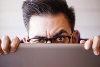 El spoofing puede realizarse por una llamada telefónica donde te piden proporcionar información personal o bancaria.