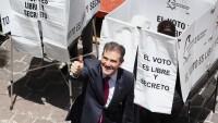 El consejero presidente del INE, Lorenzo Córdova al momento de emitir su voto en la jornada electoral del 1 de julio.
