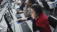 La mala posición de la computadora en los sitios de trabajo genera malestar en el cuello para los trabajadores.
